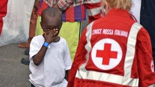 Malý uprchlík s pracovnicí Červeného kříže v Itálii