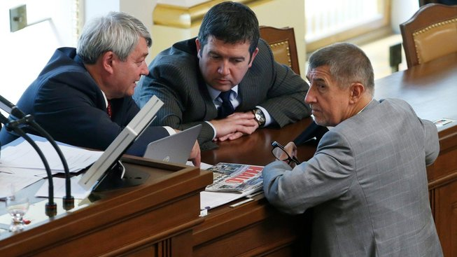 Šéf KSČM Vojtěch Filip, předseda ČSSD Jan Hamáček a premiér v demisi Andrej Babiš (ANO)