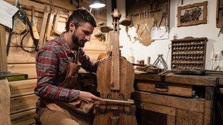 V dílně Mateusze Raszewského vzniká basa z jednoho kusu dřeva