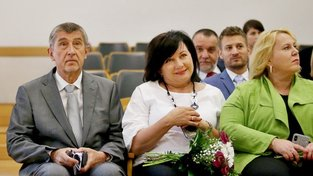 ANO, koupíme si vás. Andrej Babiš a jeho ministryně – Alena Schillerová (uprostřed) a Klára Dostálová