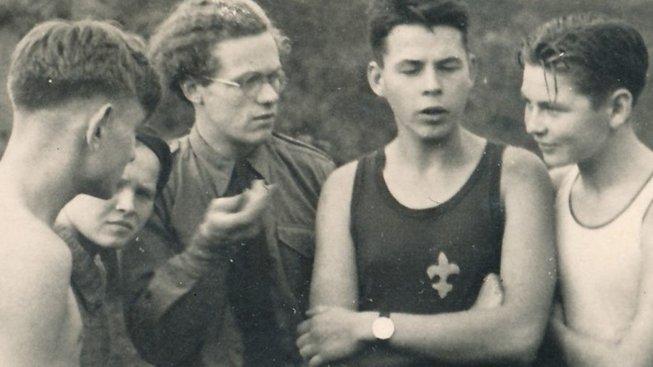 Jiří Navrátil na výpravě (druhý zprava).