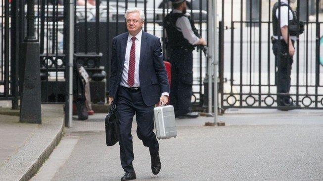Ministr pro brexit David Davis si takříkajíc balí kufry a odchází z britské vlády
