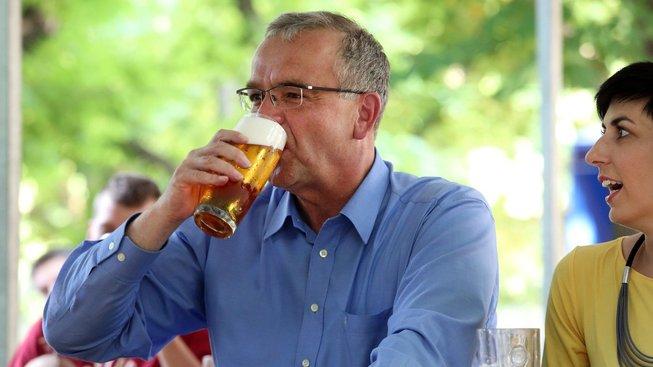 Nižší daní na točené pivo podpoří Babiš a spol. majitele restaurací i zákazníky. Včetně Miroslava Kalouska, kterého v debatě o důvěře vládě nazval ožralou