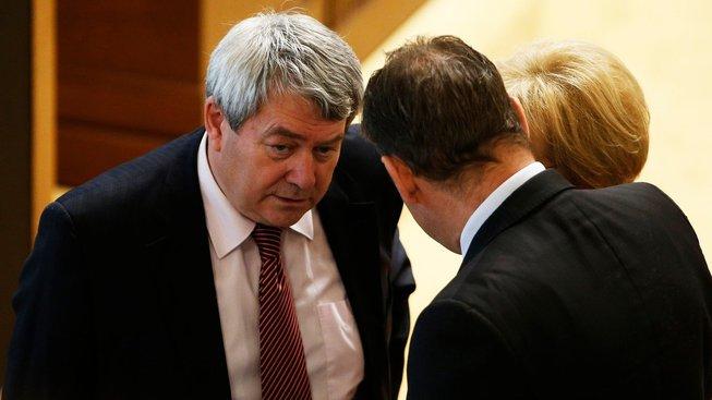 Šéf komunistů Vojtěch Filip (vlevo) je prvním místopředsedou sněmovny