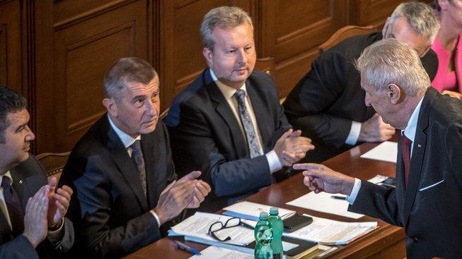 Vládu ve středu v projevu podpořil také prezident Miloš Zeman