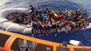 Z vod kolem Lampedusy loví kvůli poloze na cestě z Libye záchranáři migranty často