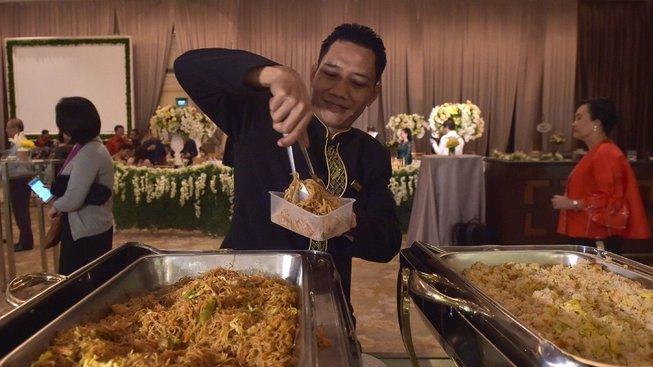 Zbytky z hostin bohatých Indonésanů leckdy váží desítky kilo. Přibývá ale novomanželů, kteří je pomocí charitativního projektu věnují chudým lidem