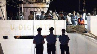 Italská policie asistuje při vyloďování uprchlíků