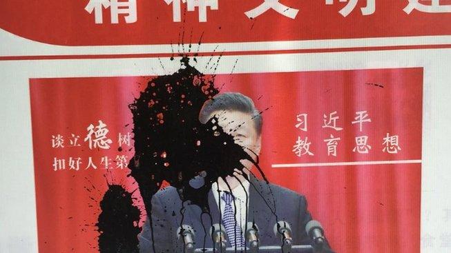 Nikdo neví, co se s dívkou, která polila plakát čínského vůdce, stalo