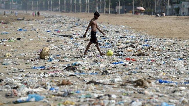 Na plážích v Bombaji nebyl ještě před pár týdny přes plast téměř vidět písek