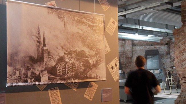 Výstava věnovaná operaci Gomora v kostele svatého Mikuláše. Kostel, poničený během bombardování, nebyl nikdy opraven do původního stavu.