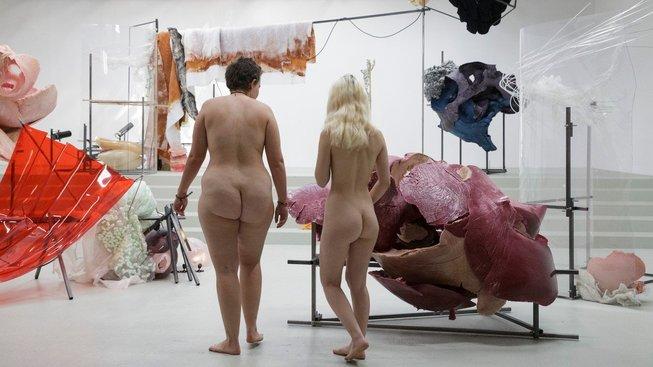 Nudistky během návštěvy pařížské galerie