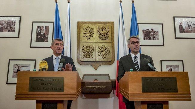 Premiér Andrej Babiš zůstává s ministrem obrany Lubomírem Metnarem ohledně kauzy kolem diplomové práce v kontaktu