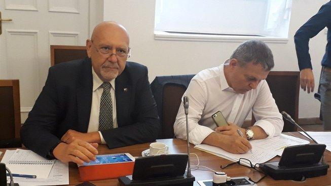 Debatu s Juchelkou obecně zhodnotil člen komise Leo Luzar (KSČM) jako docela zajímavou.