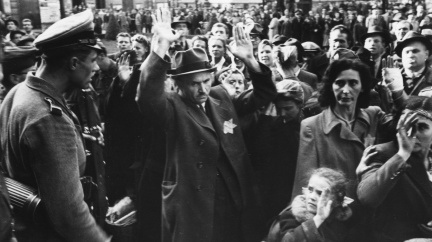 Pestrá společnost českých udavačů. Na Židy v protektorátu donášeli 'normální slušní lidé'