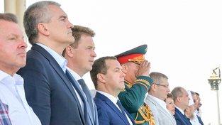 Nedělní vojenské přehlídky na Krymu se účastnili i vrcholní politici z Ruska