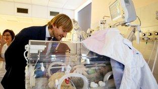 Ministr zdravotnictví Adam Vojtěch během návštěvy porodnice v Brně