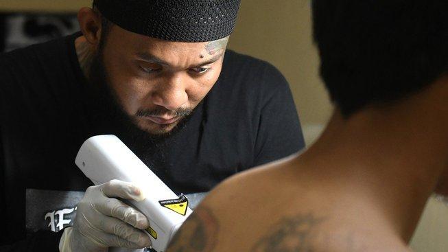 Bývalý tatér Sandi Widodo odstraňuje tetování prakticky zdarma, jen po lidech chce odříkat verše z Koránu
