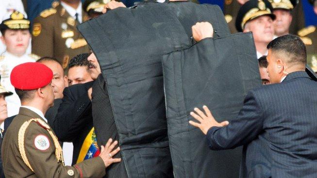 Bodyguardi chrání prezidenta krátce po pokusu o atentát