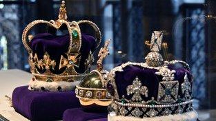 Repliky koruny svatého Eduarda (vlevo) a imperiální koruny (vpravo)