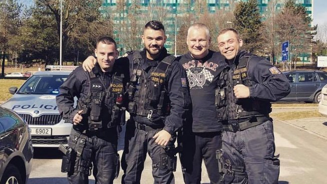 Fotografie tří policistů v Ostravě s Jiřím Kajínkem