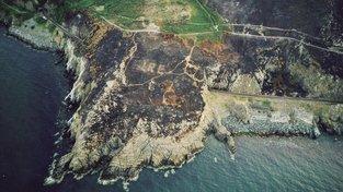 Požár odkryl v Irsku nápis na skále z doby války