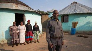 Johannes Mzobe z Jihoafrické republiky se svými čtyřmi ženami. Ilustrační snímek