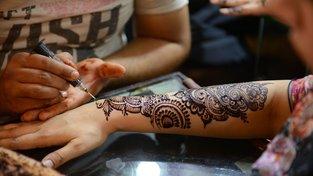 Při rodinných oslavách byla dlouho henna hlavním kosmetickým zdobením