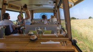 Starý autobus manželé přestavěli na pojízdnou restauraci