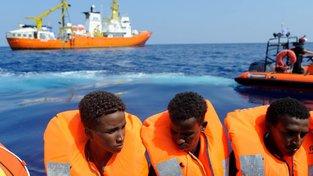 Uprchlíky putující po Středozemním moři nakonec nechala u svých břehů zakotvit Malta