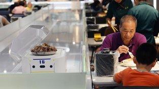 """V čínské restauraci Robot """"roznášejí"""" jídlo roboti"""