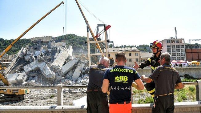 Pátrání po mrtvých v sutinách zříceného mostu v Janově pokračuje