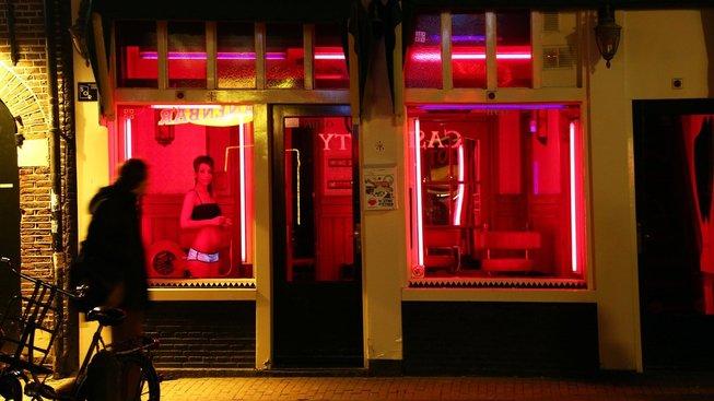 Prostitutky v červeně osvětlených výlohách jsou téměř symbolem Amsterdamu
