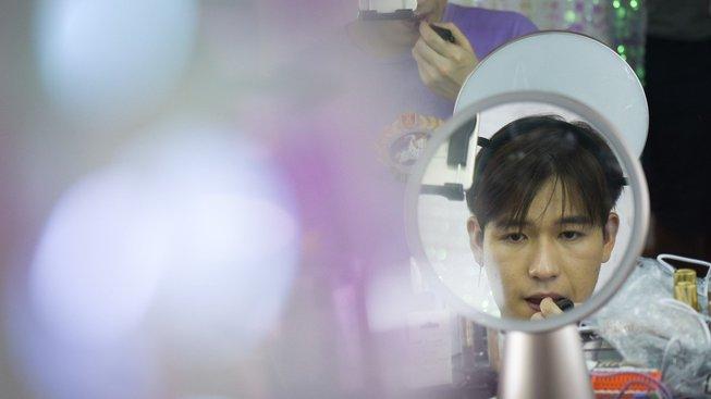 Youtuber Ťiang Čcheng natáčí videa, v nichž mužům ukazuje, jak se správně nalíčit