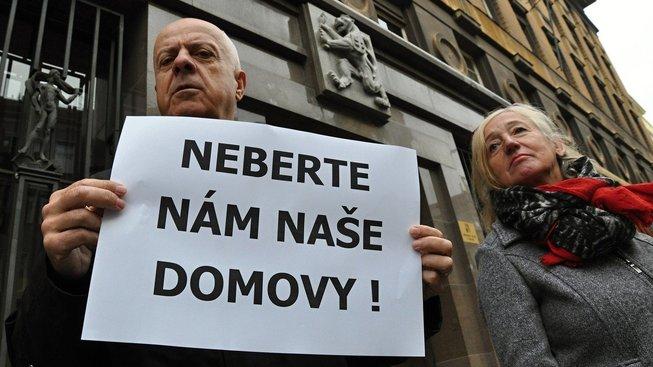 Lidé z Horoměřic u Prahy zatím o své domovy nepřijdou, rozhodl Ústavní soud
