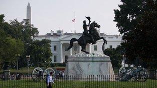 Americký prezident Donald Trump nechal znovu stáhnout americkou vlajku na Bílém domě na půl žerdi