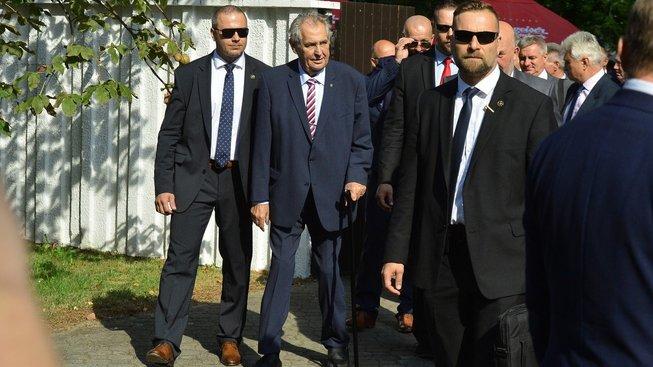 Český prezident s ochrankou