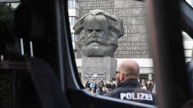 Policejní hlídka u demonstrace pod sochou Karla Marxe v Saské Kamenici (Chemnitz)