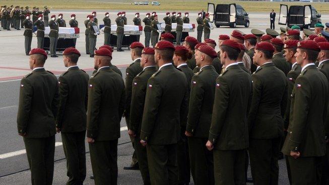 Sebevražedný atentátník zabil trojici českých vojáků na začátku srpna