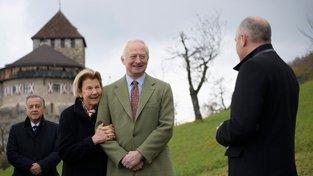 Rodina Lichtenštejnů před sídlem ve Vaduzu