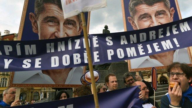 Satirický protest proti Andreji Babišovi. Premiérovo hnutí si však udržuje vysoké volební preference