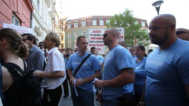 Někteří členové hnutí Slušní lidé během protestu v Brně