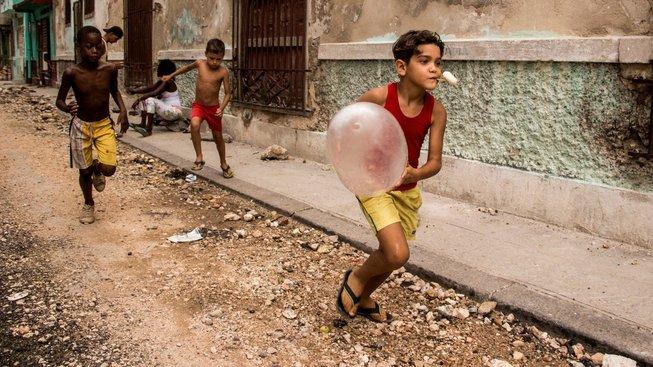 Když nejsou obyčejné balonky k dostání, poslouží k dětské hře i nafouknuté kondomy