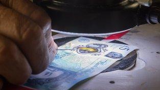 Graham Short mimo jiné v roce 2016 vyryl miniaturní portréty spisovatelky Jane Austenové na čtyři pětilibrové bankovky