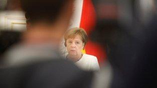 Angela Merkelová míní, že kauza koalici nepohřbí