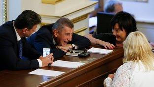 Ministryně financí Alena Schillerová rozpočet hájí (vpravo)