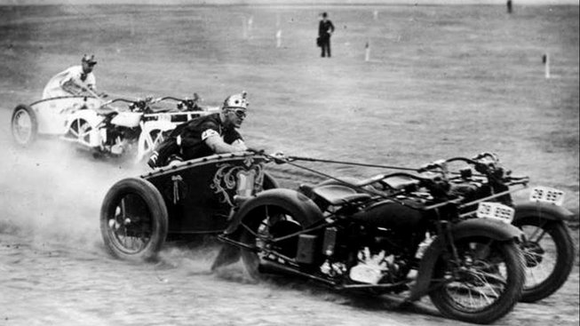 """U této motorizované moderní obdoby antického vozatajství se zažil název """"Motorcycle Chariot Racing""""."""
