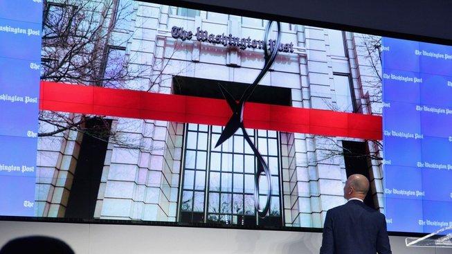 Nejbohatší muž planety Jeff Bazos koupil v roce 2013 deník The Washington Post za 250 milionů dolarů. Do chodu redakce nezasahuje a dokonce se pod jeho vlastnictvím deník ještě rozrostl. Je však čestnou výjimkou...