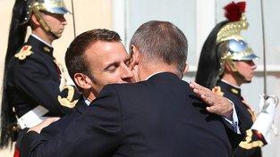 Ach ta láska nebeská… Emmanuel Macron a Andrej Babiš v objetí před Elysejským palácem. Falešné státnické gesto