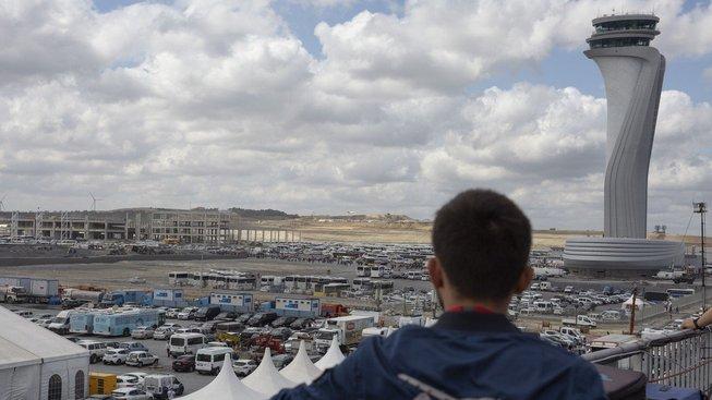 Pohled na staveniště nového istanbulského letiště s řídicí věží
